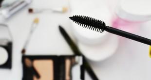 Mon kit de survie maquillage en voyage avec un crayon, un mascara et un blush - mes Souvenirs de Voyage - MSDV - Blog voyage