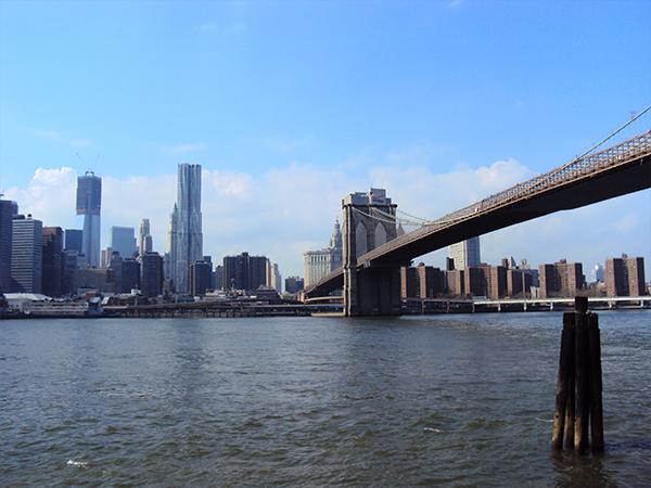 Au pied du pont de Brooklyn