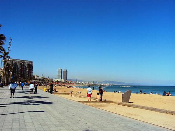 Promenade de Barcelone et plage