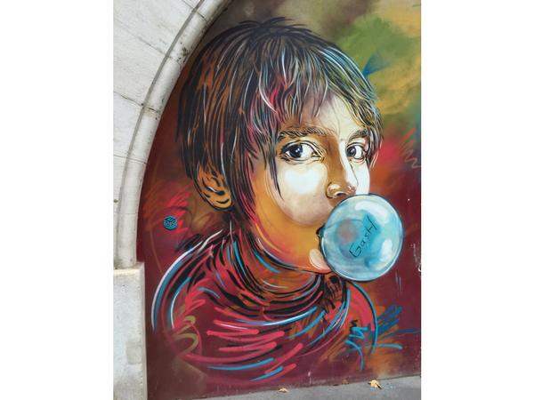 street-art-jeune-fille-paris