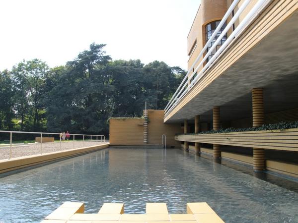 vue sur la piscine de la villa cavrois