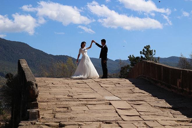 Mariés pont Shaxi Yunnan Chine
