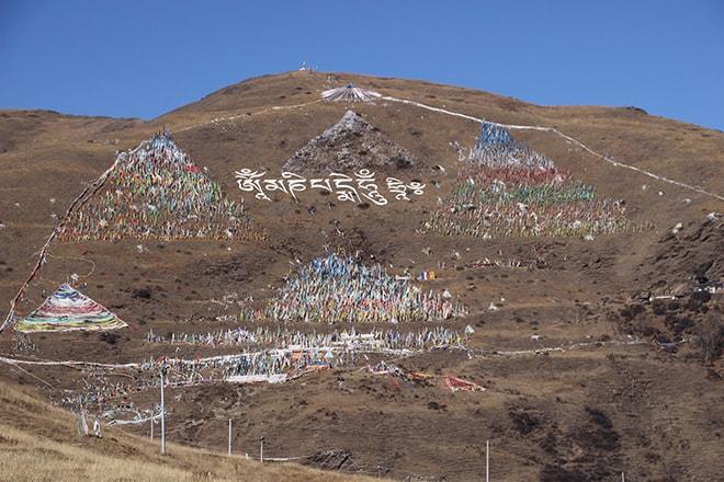 Montagne et drapeaux Tagong Sichuan Chine