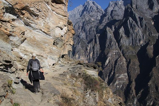 a flanc de falaise Trek des Gorges du Saut du Tigre Yunnan Chine