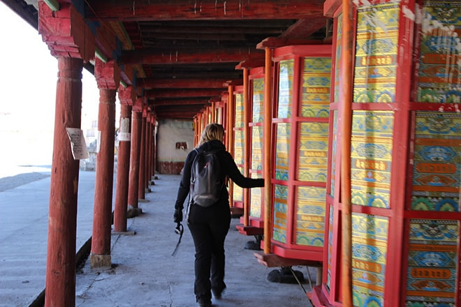 faire tourner les moulins à prieres Tagong Sichuan Chine