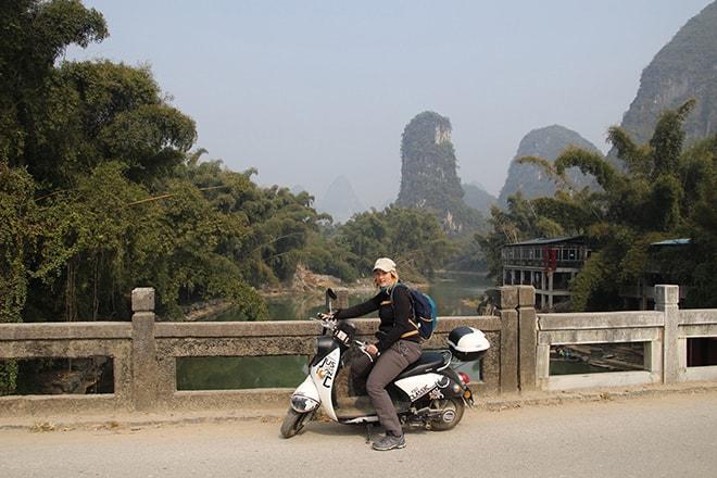 Elo sur le scooter Yangshuo Chine