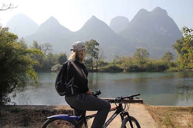velo le long de la riviere Yangshuo Chine