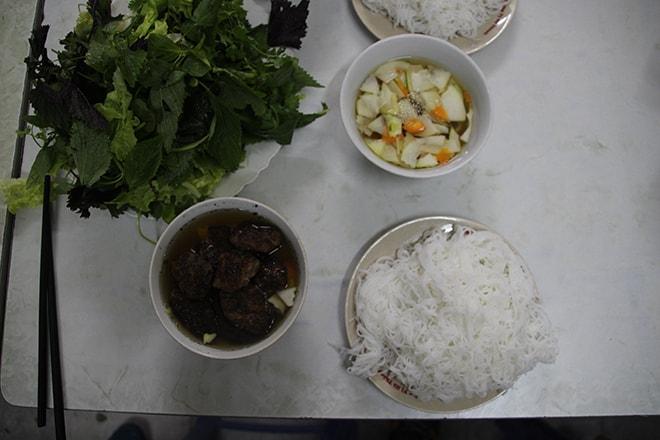 Bun Cha manger à Hanoi
