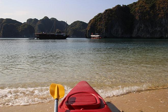 Kayak et plage Cat Ba Baie d'Halong Vietnam