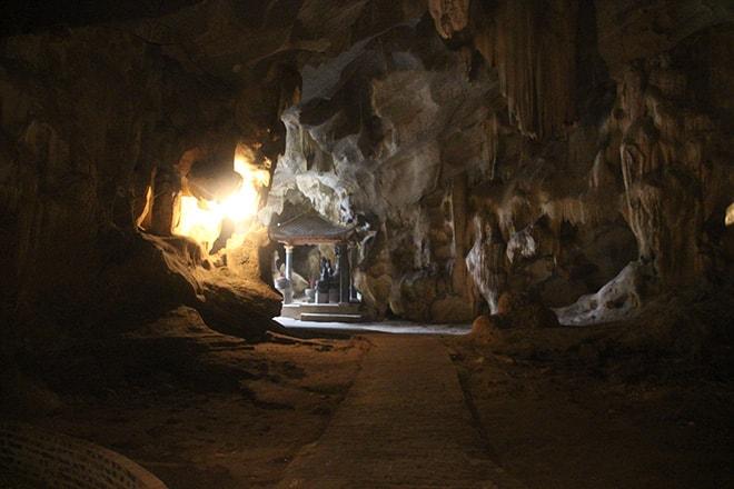 Pagode dans la roche Tam Coc Vietnam