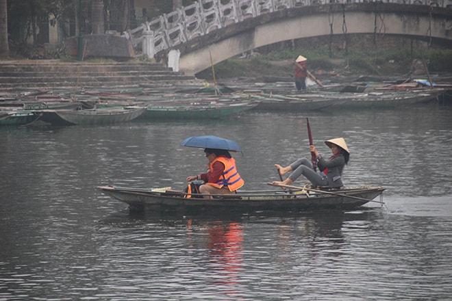 Tam Coc Vietnam rameuse avec ses pieds