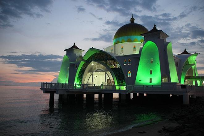 Mosquée sur l'eau illuminée Melaka Malaisie-min