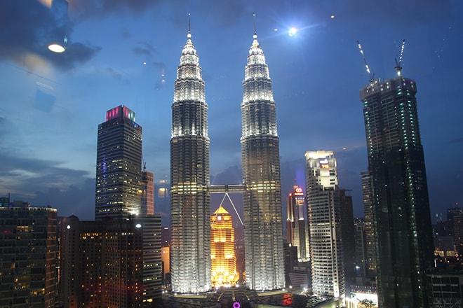 Tour Petronas de nuit Kuala Lumpur-min
