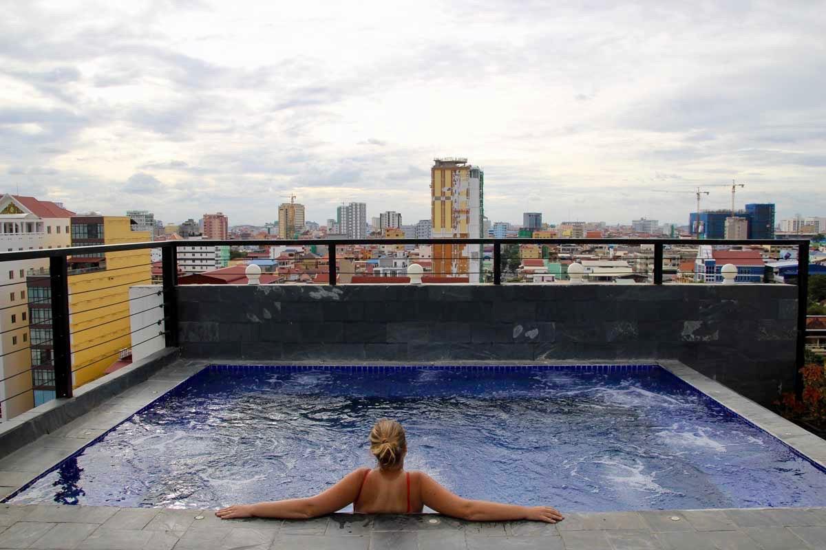 Elo jacuzzi rooftop balconitel Phnom Penh Cambodge