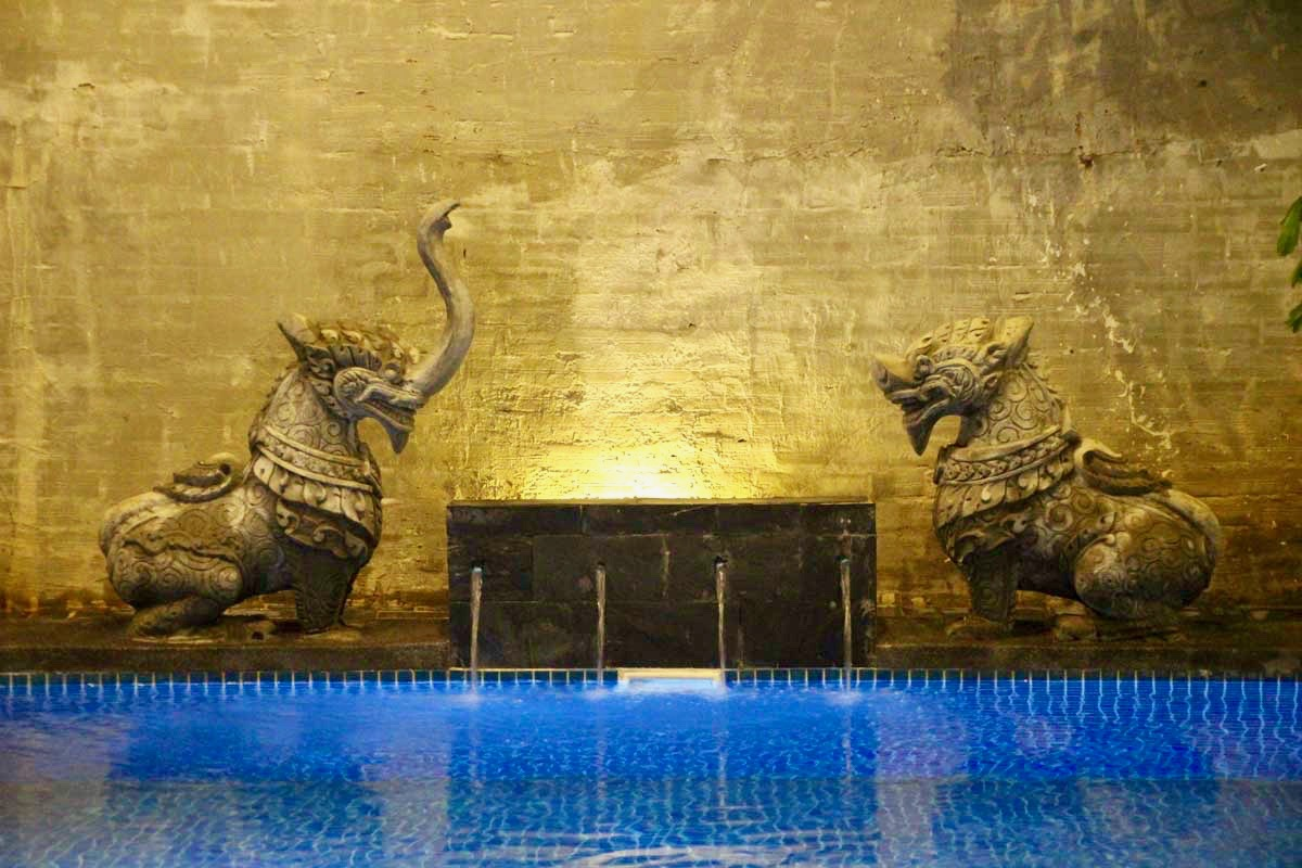Sculptures piscine balconitel Phnom Penh Cambodge