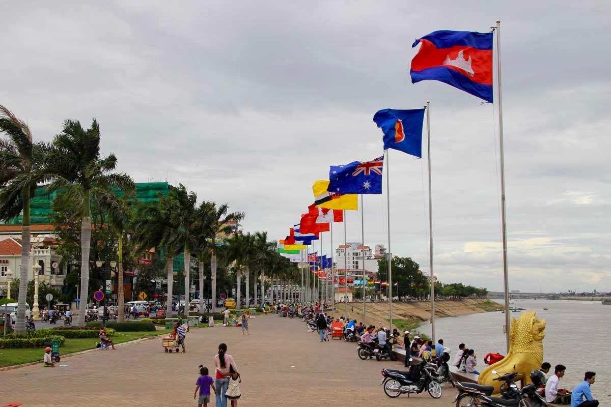 drapeaux Phnom Penh Cambodge