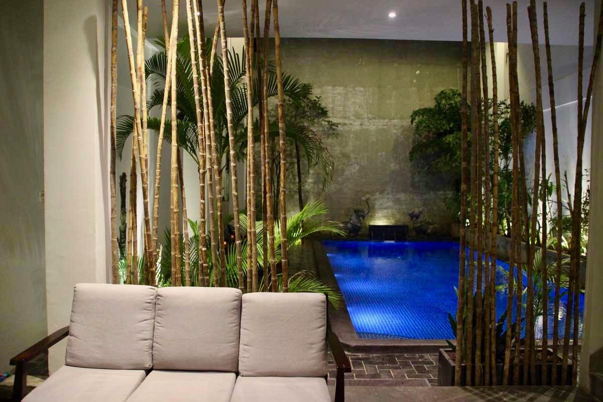 entree et piscine Balconitel Phnom Penh Cambodge