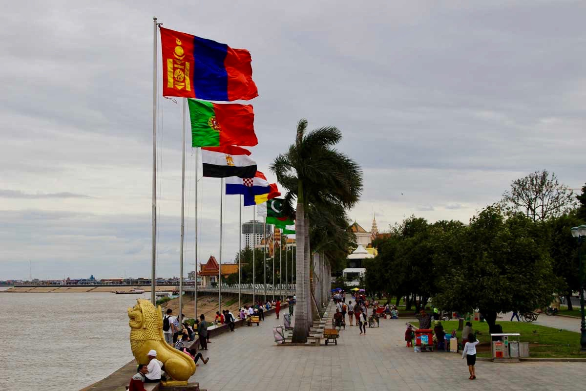 promenade drapeaux Phnom Penh Cambodge
