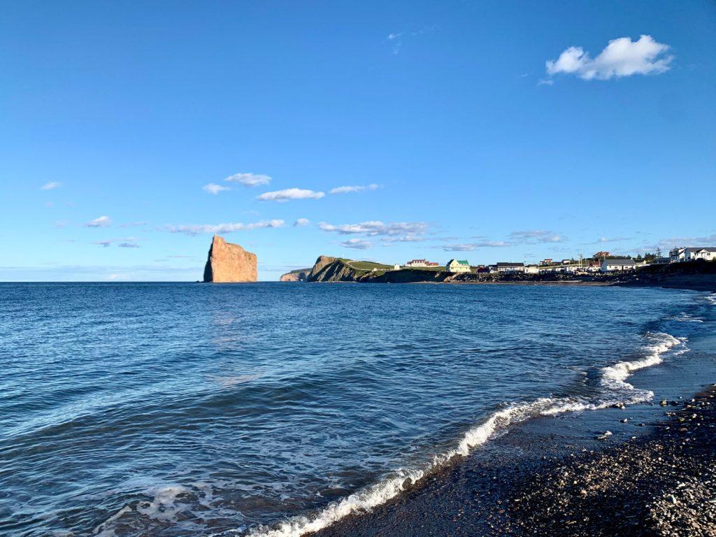 vue rocher percé depuis la plage